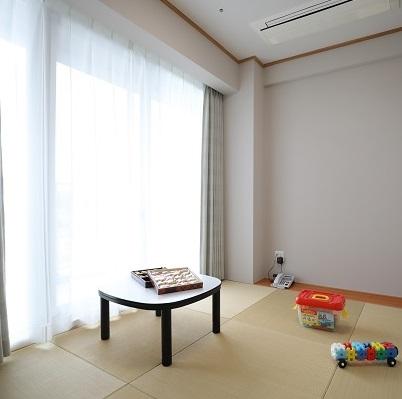 【休憩室】各フロアに完備。お土産のお菓子が大量に置かれていることもあります(笑) 台風の時などは子供を連れてきてもOK!